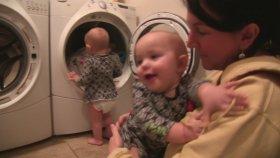 Annelerine Yardım Eden İkiz Bebekler