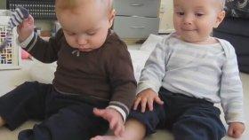 Halıya Ayaklarını Sürterek Kaşımayı Keşfeden Bebekler