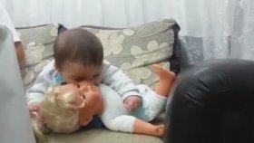 Oyunca Bebeği Yemeyen Çalışan Bebiş