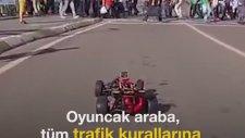 İstanbul Sokaklarını Oyuncak Arabayla Gezmek