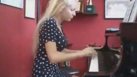Halı Dokur Gibi Piyano Çalan Kadın