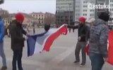 Hollanda'yı Protesto Ederken Fransa Bayrağı Yakmak