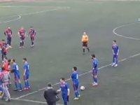 Arkadaşı Kırmızı Kart Görünce Hakemi Yumruklayan Futbolcu