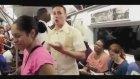 Metroda Kendisine Uygun İş Arayan Adam