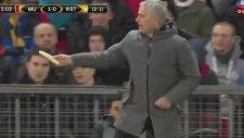 Mourinho'nun Maç Sırasında Oyuncusuna Muz Yedirmesi