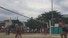 Erkekleri Plajda Kuma Gömen Kadınlar