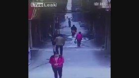 Sokakta Yürüyen Kızın İç Çamaşırını Çalmak - Çin