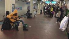 Sokak Müzisyeni Kadından Metroda Muhteşem Performans