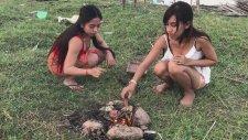 Kamboçyalı Kızlardan Yengeç Kebabı