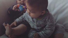 Sevimli İkizler Ayaklarını Keşfetti