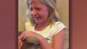 Kendisine Köpek Hediye Edilen Kızın Mutluluğu