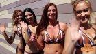 Bikinili Kadınların Olduğu Kafe