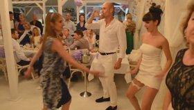 Düğünde Çılgınca Oynayan Beyaz Minili Güzel