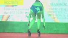 Bikinili Mankenin Topuklu Ayakkabı İle İmtihanı