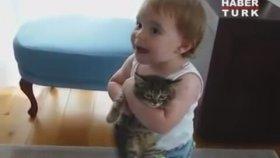 Yavru Kedi Bebeğin Şefkatli Kollarında Boğulması