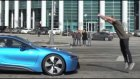 Hızlı Gelen Arabanın Üstünden Atlayan Çılgın Adam