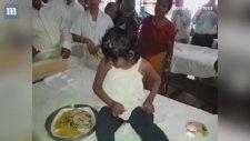 Hindistan'da Maymunlarla Büyüyen 8 Yaşındaki Kız