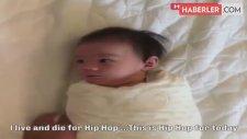 Kundaktan Kurtulduğu İçin Çılgınca Sevinen Bebek