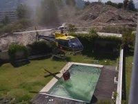 Yüzme Havuzundan Su Alan Helikopter