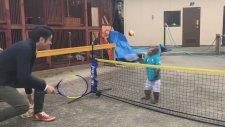 Aşırı Tecrübeli Bir Tenisçi Gibi Tenis Oynayan Maymun