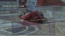 Papa Yüzüstü Yere Uzanarak Dua Etti