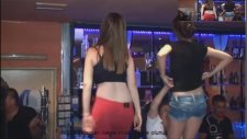 Barın Üzerinde Coştukça Coşan Kızlar