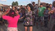 Twerk Dansı İle Roman Düğününde İnanılmaz Yardıran Kadınlar