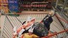 Kötü Cadı ve Maskeli Vampir Şok marketten dondurma çikolata cips alıyor parasını ödemeyip kaçıyorlar