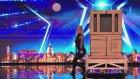 Performansıyla Şaşkına Çeviren İllüzyonist Kadın