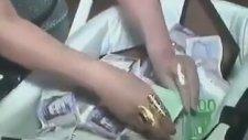 Bebeğin Üstünü Battaniye Örter Gibi Para ile Örtmek