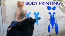 Duvarlara Boyadığı Vücuduyla Resim Yapan Çılgın Sokak Sanatçısı Kadın