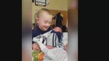 Down Sendromlu Çocuğun, Yeni Doğan Kardeşiyle Yürekleri Eriten İlk Buluşması!