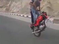 Tek Teker Üzerinde Motor Sürmek