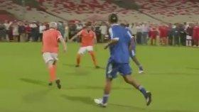 Ronaldinho'dan Kadın Futbolcuya Müthiş Çalım