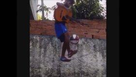 İp Üzerinde Top Sektirerek Gitar Çalmak
