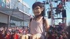 Montreal'de Sokakta Dev Kukla Gösterimi