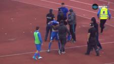 Derbiyi kaybeden futbolculara saldırmak istediler!