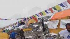 Everestin Tepesinde Çığ Düşme Anları
