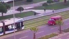 İzmir'de Tramvay Raylarda Namaz Kılan Adamı Bekledi