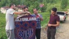 Rizespor Taraftarlarının Trabzonspor Bayrağını Yakması