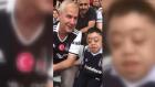Görme engelli arkadaşına maç anlatan Beşiktaş taraftarı