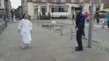 Rahibe ve Polisten Futbol Topu İle Muhteşem Gösteri
