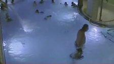 Havuzda Kalabalık İçinde Boğulan Çocuk