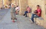 Sokak Sanatçısına  Flamenco Dansıyla Eşlik Eden Teyze