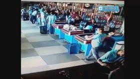 Market'de Düşen Tereyağını Ayağında Sektirerek Kurtaran Adam