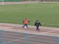 Futbolcuyu Futboldan Soğutan Elastik Güvenlik Görevlisi!