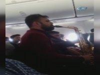 Uçakta Saksafonlu Müzik Resitali