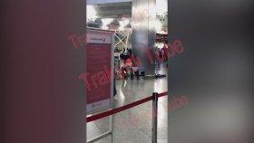 Atatürk Havalimanı'nda Çöp Kutusuna Tuvaletini Yapan Kadın