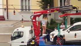 Soyunarak Aracının Çekilmesine Engel Olmaya Çalışan Rus Hatun
