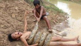 Yılanla Eğlencenin Dibine Vuran Çocuklar